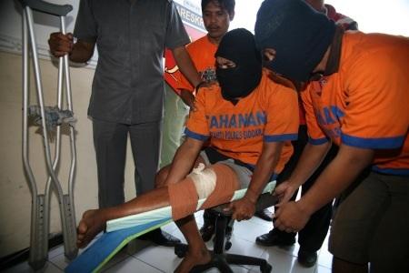 Begal sadis yang terpaksa ditembak kakinya karena melawan saat akan ditangkap