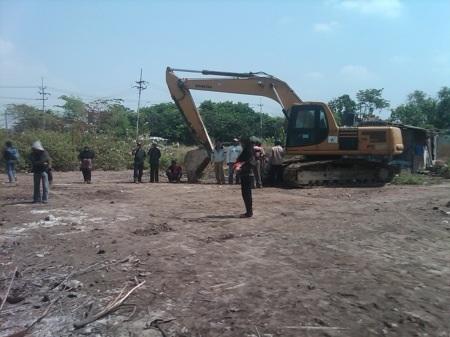 Korban lumpur saat menghentikan pekerja BPLS