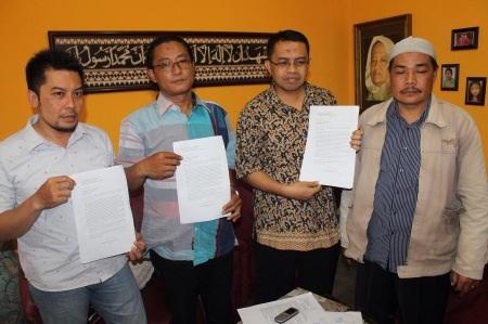 Perwakilan forum komunikasi DPC PAN se Kabupaten Sidoarjo menunjukkan surat dukungan kepada Khulaim Junaidi agar direkomendasi DPP sebagai wakil ketua dewan Sidoarjo