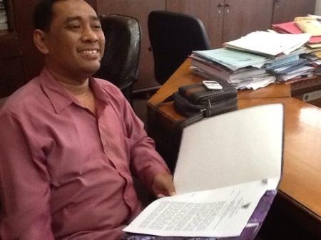 Ali Masykuri, anggota dewan dari Partai Nasdem menunjukkan SK dewan yang barusaja diterima.