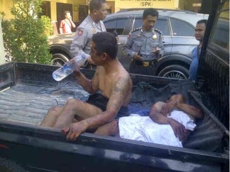 Kondisi dua jambret yang diselamatkan polisi setelah dihajar warga