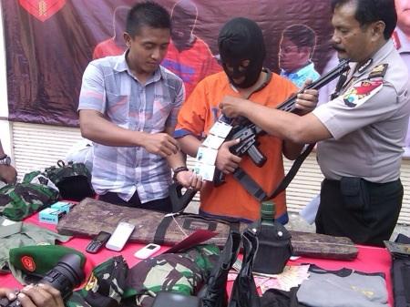 Polisi gadungan bersama barang bukti  untuk menipu korbannya
