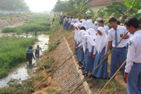 Siswa SMAN 1 Wonoayu saat membersihkan afvour Sungai Pagerngumbuk, Kecamatan Wonoayu
