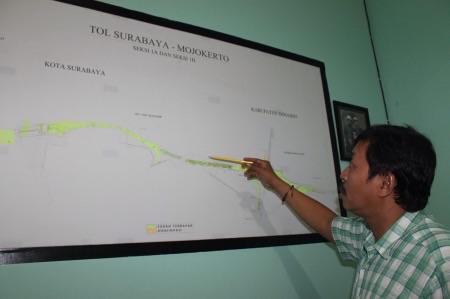 Ketua TPT tol SuMo menunjukkan peta tol yang menghubungkan Surabaya-Mojokerto