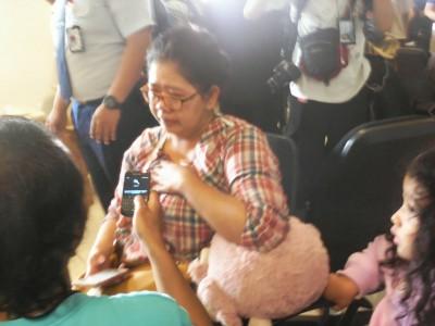 Salah satu keluarga penumpang pesawat Air Asia QZ8501 menangis histeris