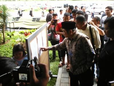 Bupati Sidoarjo Saiful Ilah melihat daftar penumpang pesawat Air Asia yang diduga jatuh
