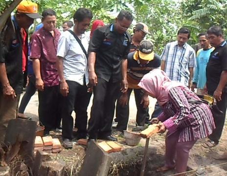 Warga Desa Keper, Kecamatan Krembung saat kerja bakti permulaan pembangunan infrastruktur dana BLM