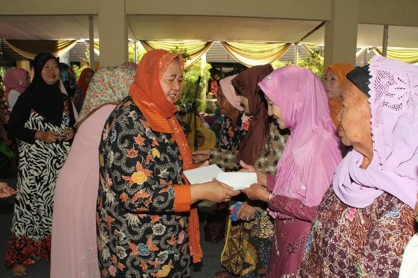 Istri Bupati Sidoarjo, Hj. Anik Saiful Ilah, yang juga Ketua TP-PKK Sidoarjo saat memberikan bingkisan dan santunan kepada lansia pada kegiatan pengajian rutin dikantor kecamatan Sidoarjo Kota. (editor : kaji dar)