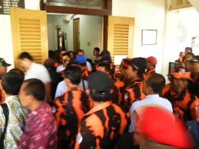 Puluhan anggota Pemuda Pancasila Sidoarjo saat mengawal sidang gugatan Parkir Berlangganan di PN Sidoarjo