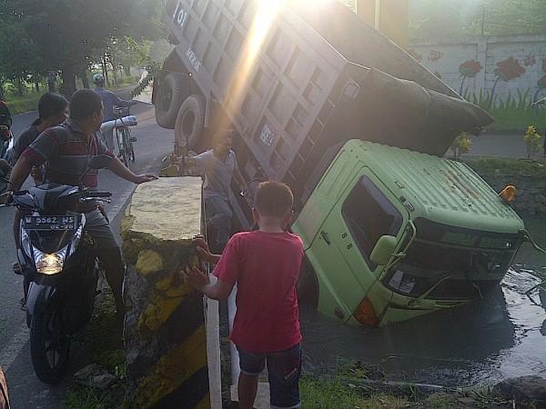 Dump truk masuk sungai sebelum dievakuasi