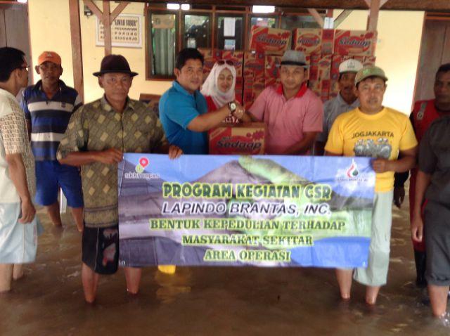 Managemen Lapindo saat memberi bantuan sembako dan obat kepada korban banjir di kawasan Porong