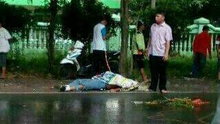 Korban kecelakaan asal Taman tergeletak sebelum dievakuasi