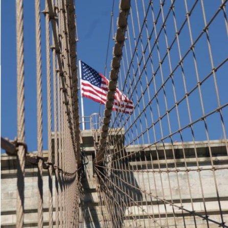 Netzartiges Muster der Stahlkabel der Brooklyn Bridge