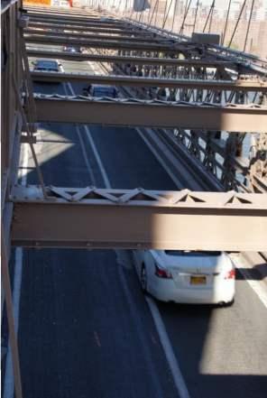 6 Fahrspuren für Autos führen über die Brooklyn Bridge