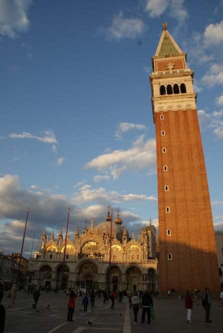Basilica San Marco mit dem Campanile (Glockenturm)