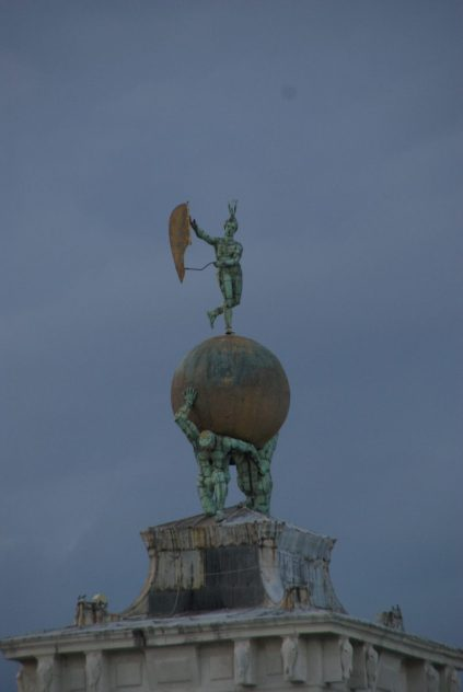 Skulptur auf dem Kunstmuseum Punta della Dogana