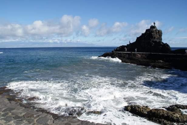 Playa de La Cueva mit dem Monumento de la Antorcha olimpica