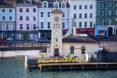 Altes Rathaus mit Uhrenturm Cobh Hafen