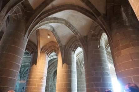 Krypta mit dicken Pfeiler im Mont-Saint-Michel Abtei