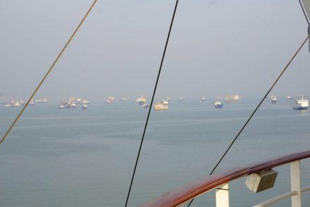 Containerschiffe auf Reede