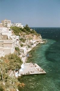 Bord de mer plan large 2 - Syros - 3 îles grecques - Destination, Grèce