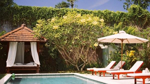 Chaises longues au bord de piscine - Une villa à Bali - Hôtel, Bali