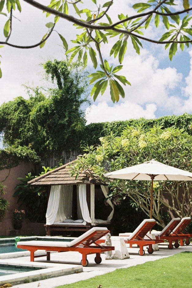 Chaises longues au bord de piscine - - Une villa à Bali - Hôtel, Bali