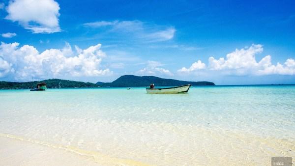 bateau solitaire mer bleu - Un paradis secret, Koh Rong Samloem, Cambodge - Asie, Cambodge