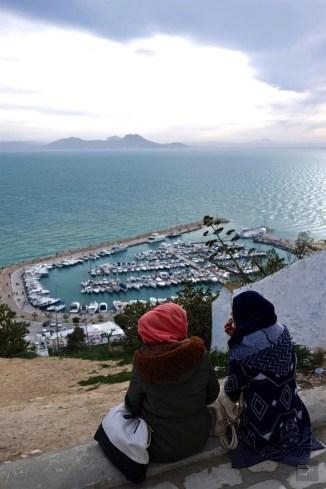 port mer femmes - Sidi Bou Saïd - Tunisie, de la mer au désert - Afrique, Tunisie