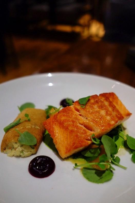 poisson saumon - Restaurant Oak+Rowan - L'émergent Seaport District à Boston - Amérique, États-Unis, Massachusetts