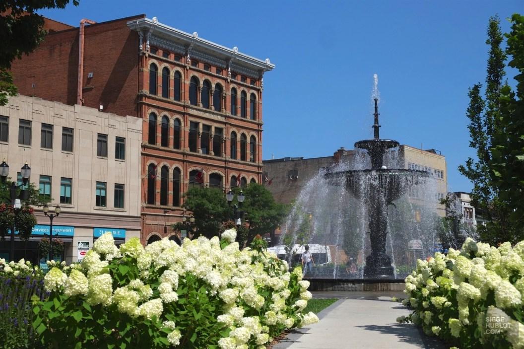 Fontaine dans les rues de Hamilton - L'ambitieuse - Road trip en Ontario - Amérique du Nord, Canada
