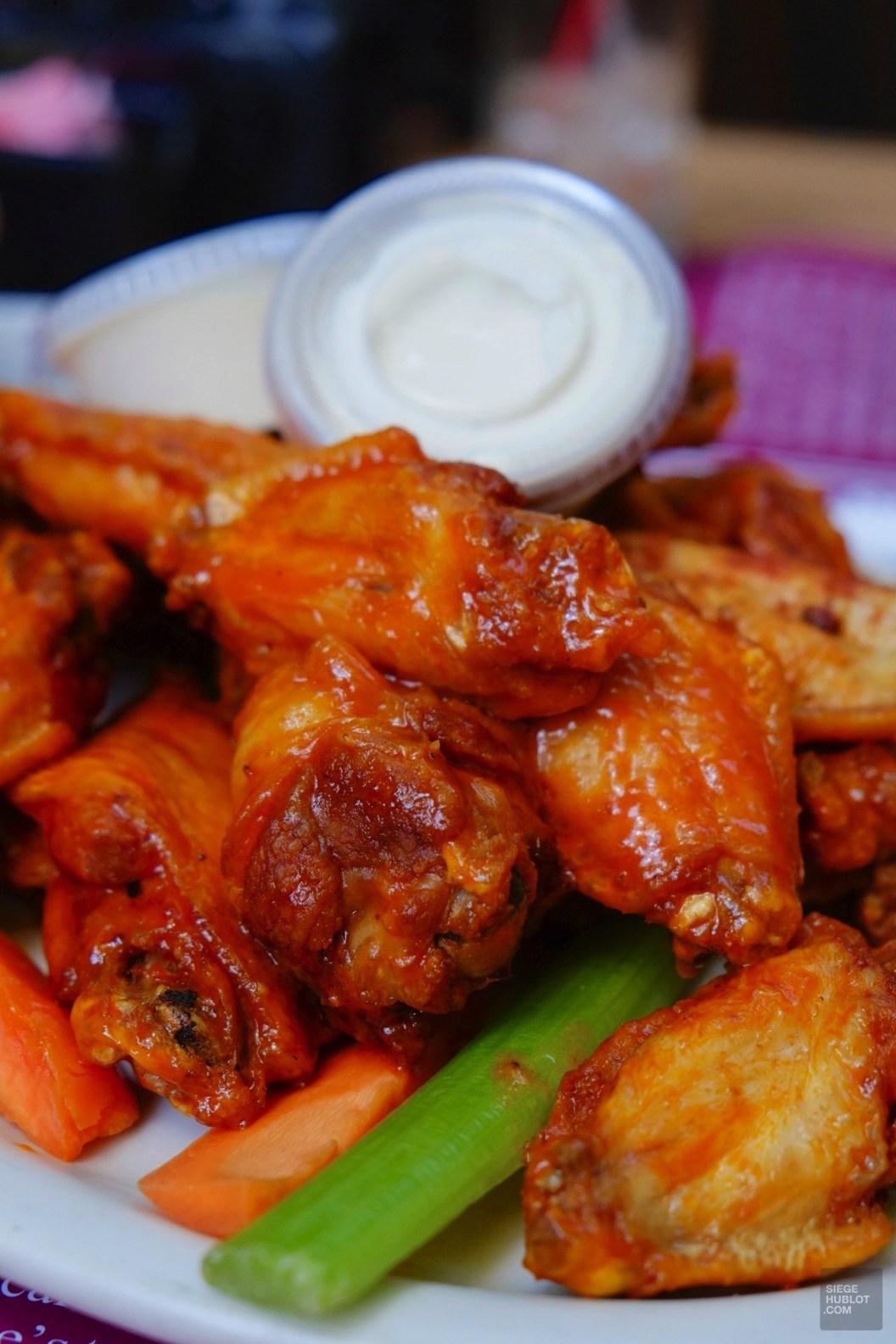 Les fameuses ailes de poulet, Buffalo chicken wings - Fromage bleu s'il vous plaît! - Road trip en Ontario - Amérique du Nord, Canada