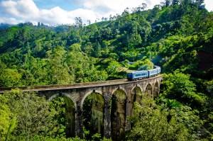 pont neuf arches avec train - The, train et pont - Sri Lanka, au cœur de l ile - Asie, Sri Lanka