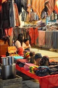 Tuques et ponchos - Le Night Market - Pai et la fraicheur des montagnes - Asie, Thaïlande