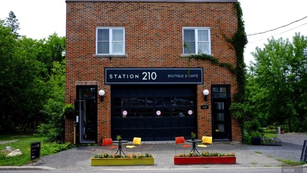 Magnifique façade - Station 210 - Une journée dans les Basses-Laurentides - Amérique du Nord, Canada, Québec, Laurentides