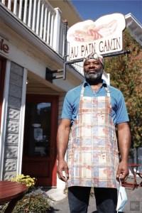 Propriétaire Cesar devant commerce - Boulangerie au Pain Gamin - Un épicurien à Rivière-du-Loup - Amérique du Nord, Canada, Québec, Bas St-Laurent