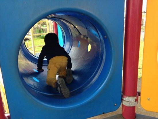 出羽公園で遊ぶ子供