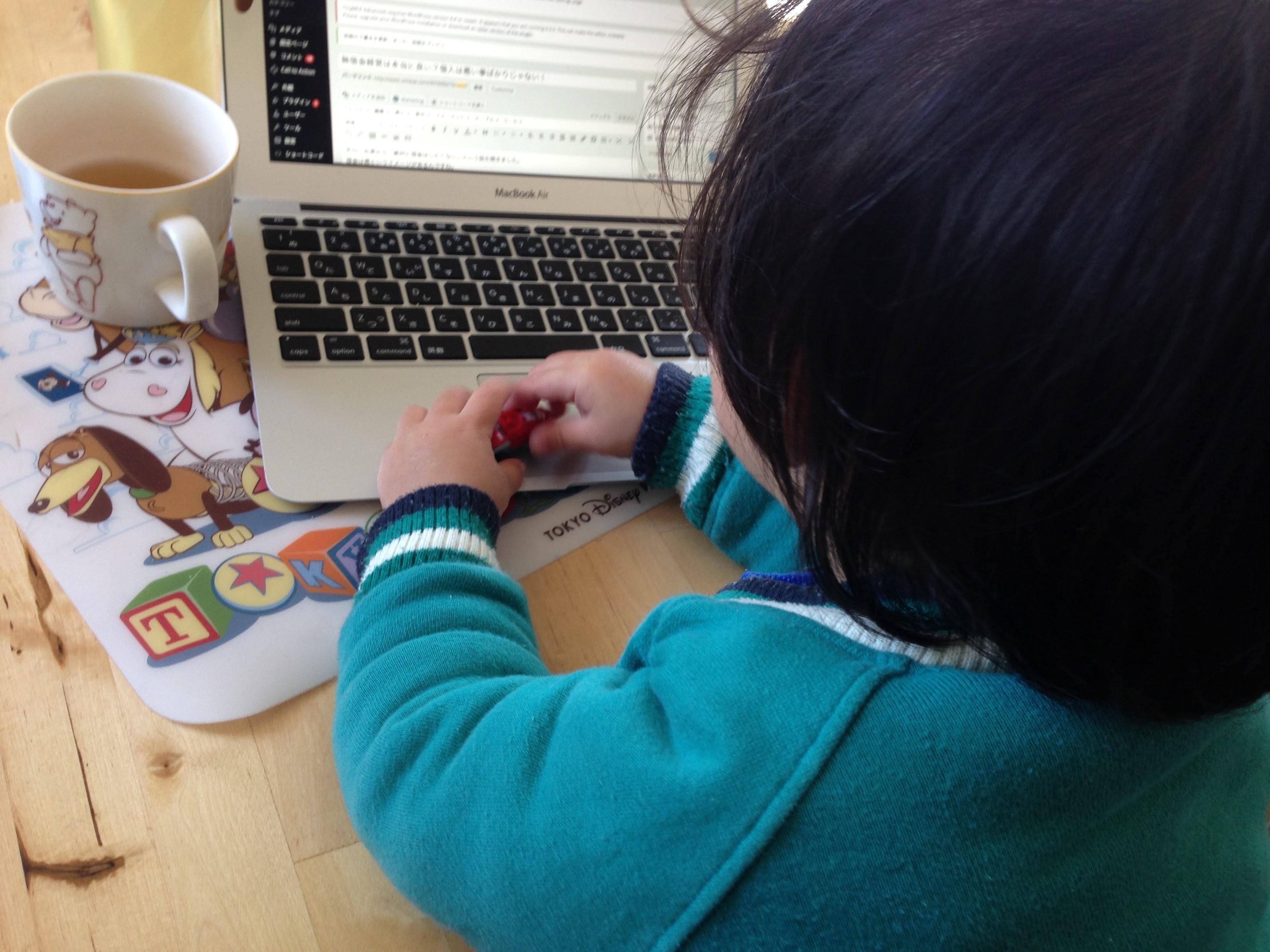 4歳の次男がパソコン欲しいと言い出した。ひとまず古いスマホ・パソコンを与えて様子みる