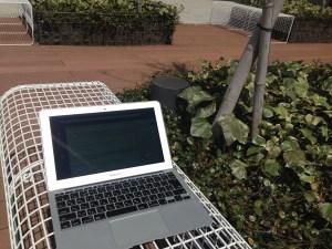 ベンチとMacBookAir
