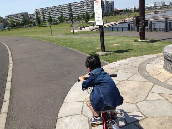 自転車に乗る長男