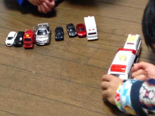 小さい頃の子供のおもちゃを大処分。トミカとプラレールが大量にあるけどもう興味ないみたいで寂しい