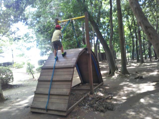 流山市総合運動公園は小さな子供が遊べるアスレチックがある。木陰があって快適