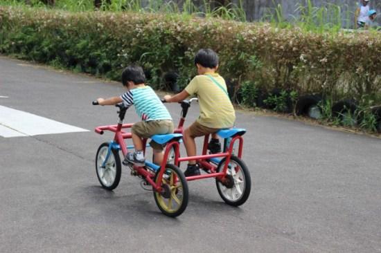 イバライドの自転車に乗る子供たち