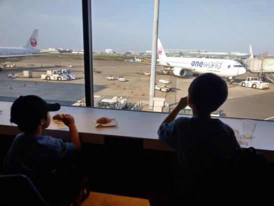 羽田空港のラウンジの子供たち