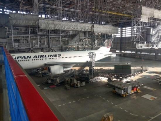JALの工場見学整備中の飛行機