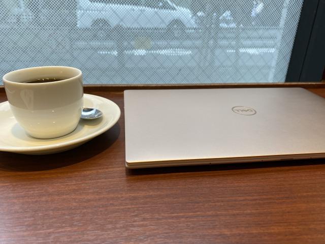 仕事の前にカフェで一杯飲む。常に余裕をもっておきたい