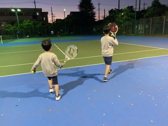 テニスをする子供たち