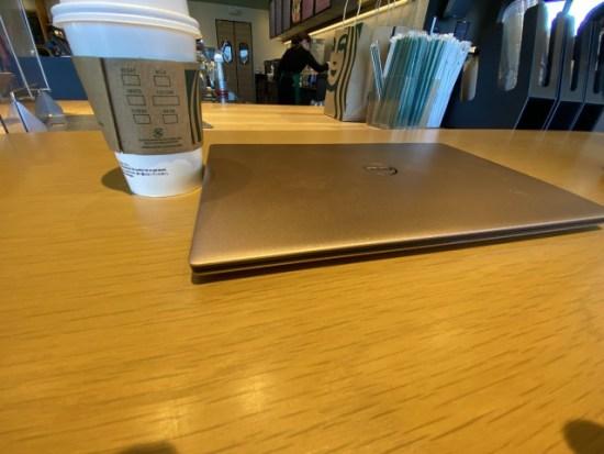 カフェでパソコンの画像