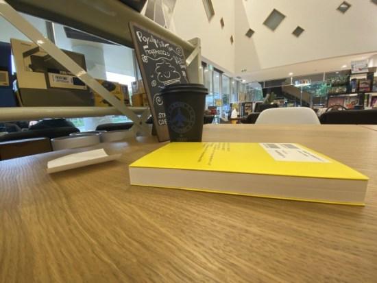 カフェで本