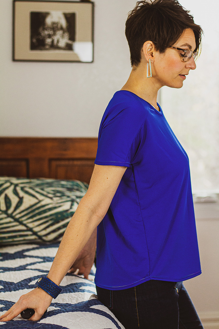 Sie Macht Cass free T-shirt pattern. This knit top features grown-on sleeves.